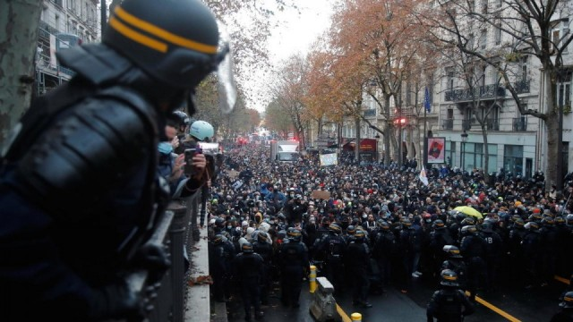 PARIS - Thousands of people are in the procession against the Global Security Law