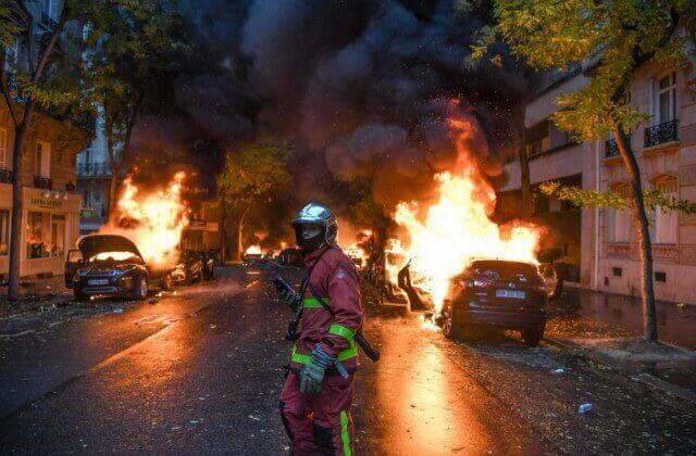 """Revolution of yellow vests"": Macron must go"